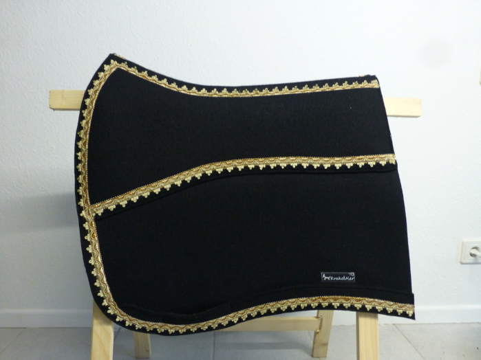 Aus reinem schwarzen Wollfilz gefertigt wurde diese Schabracke mit goldenem Posamentenband verziert.