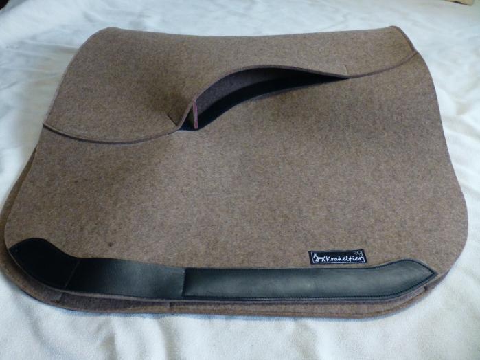 Eine Polstetasche mit einem hochwertigen Spezial-Klettverschluss ermöglicht die schnelle und einfache Umpolsterung der hochwertigen KRAKELTIER-Schabracke.