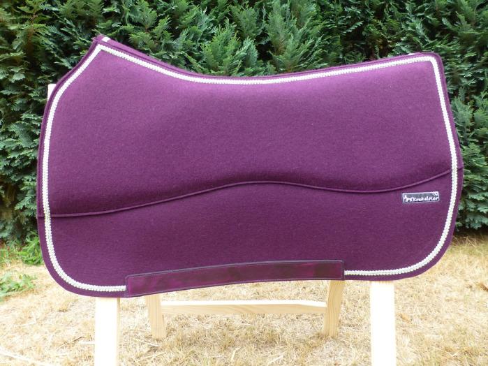 Die Lederapplikationen können zum Teil farblich an den Wollfilz angepasst werden.