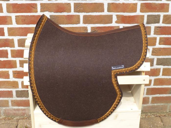 Die Krakeltier-Schabracken werden in der benötigten Form handwerklich angefertigt.